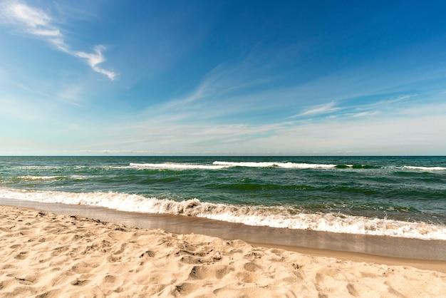 Wybrzeże bałtyku, morze bałtyckie i piaszczysta plaża w letni dzień