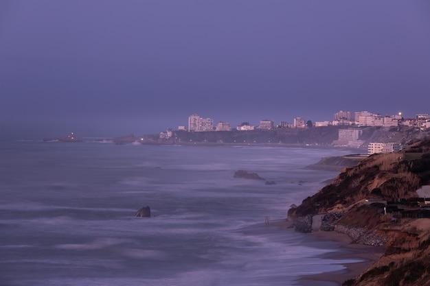 Wybrzeże biarritz i klify w kraju basków