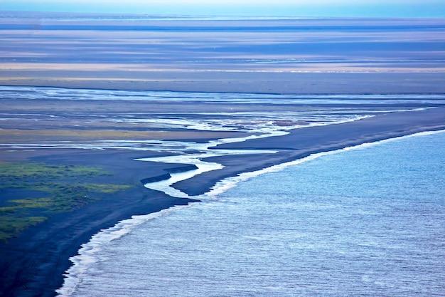 Wybrzeże czarnej plaży w vik