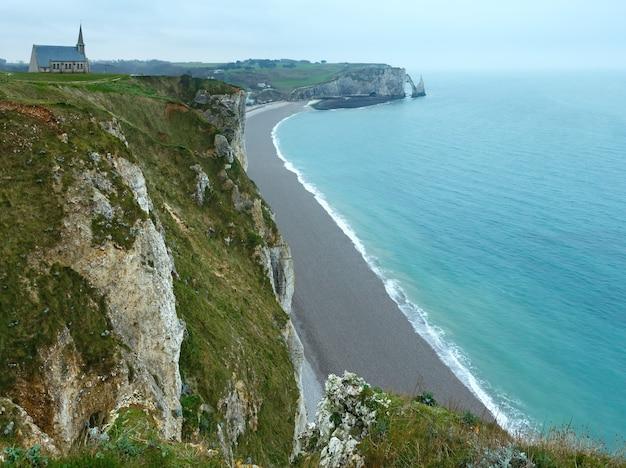 Wybrzeże etretat wiosna, francja i kościół na szczycie skał. widok z góry.