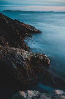 Wybrzeże i fale w ciągu dnia