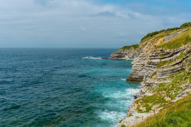 Wybrzeże i morze z parku przyrodniczego saint jean de luz zwanego parc de sainte barbe, col de la grun we francuskim kraju basków