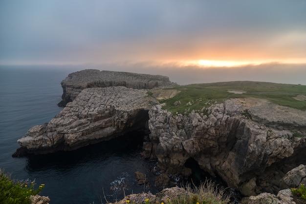 Wybrzeże krajobraz o wschodzie słońca