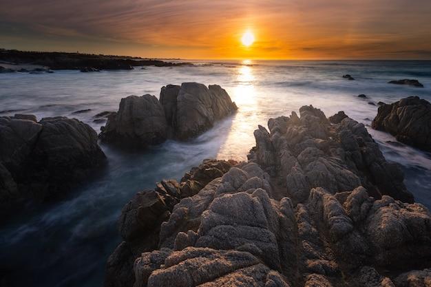 Wybrzeże monterey o zachodzie słońca, kalifornia