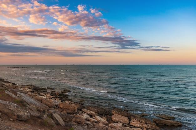 Wybrzeże morskie po zachodzie słońca