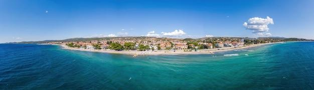 Wybrzeże morza egejskiego grecji, widok na nikiti z drona, wiele budynków