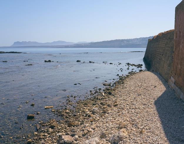 Wybrzeże morza egejskiego na krecie z horyzontem w tle.