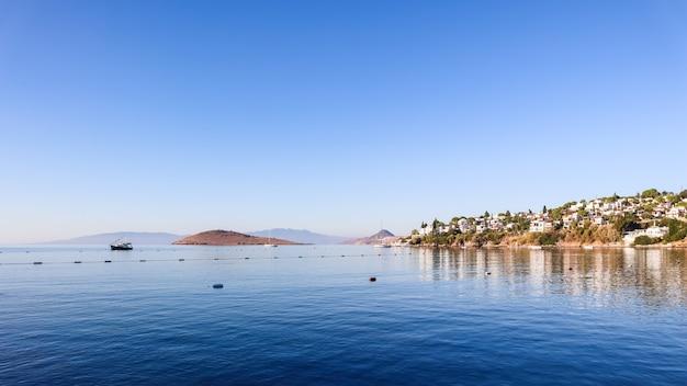 Wybrzeże morza egejskiego z cudownymi, błękitnymi górami i małymi białymi domami
