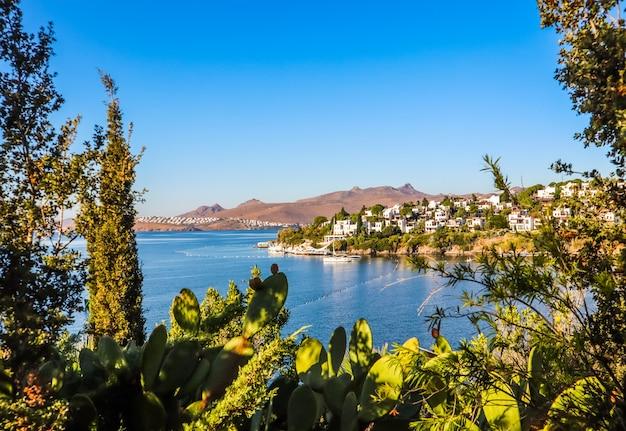 Wybrzeże morza egejskiego z cudownymi błękitnymi wodami bogatymi w przyrodę, górami i małymi białymi domami