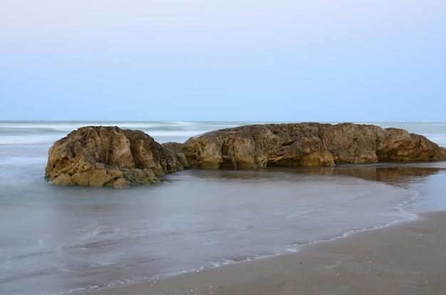 Wybrzeże morza kaspijskiego podczas sztormowej pogody wieczorem, azerbejdżan, baku