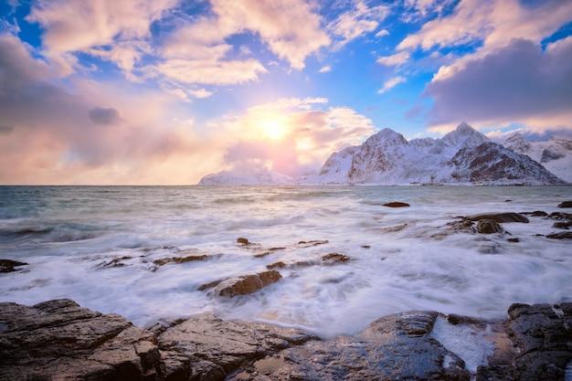 Wybrzeże morza norweskiego na skalistym wybrzeżu w fiordzie na zachód słońca