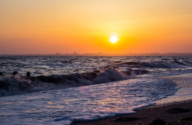 Wybrzeże morza o zachodzie słońca. fala morska.