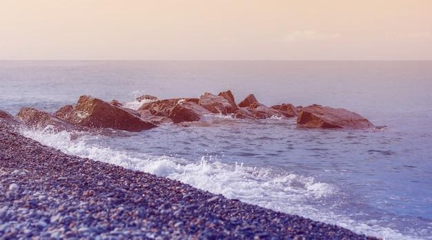 Wybrzeże morza o zachodzie słońca. naturalny skład. wybrzeże morza czarnego