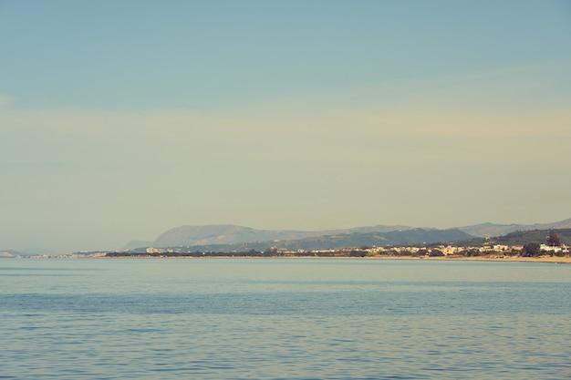Wybrzeże morza śródziemnego na krecie w kolimbari.