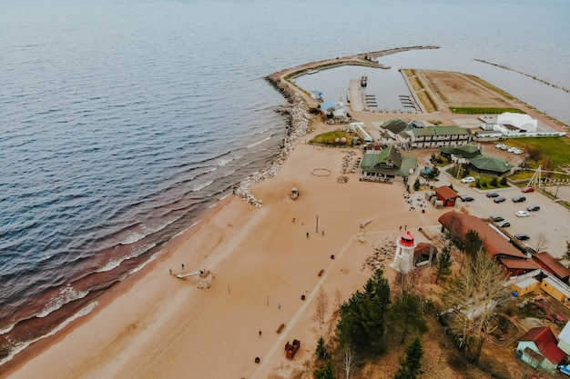 Wybrzeże morza z błękitną wodą. pogoda sztormowa na jeziorze. piaszczysta plaża z falami przy złej pogodzie.