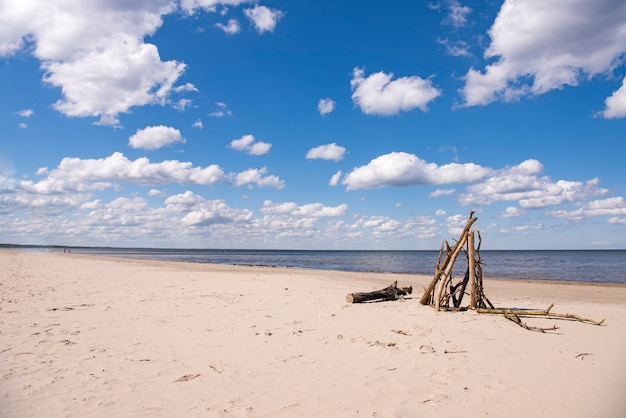 Wybrzeże morza z chmurami w słoneczny letni dzień.