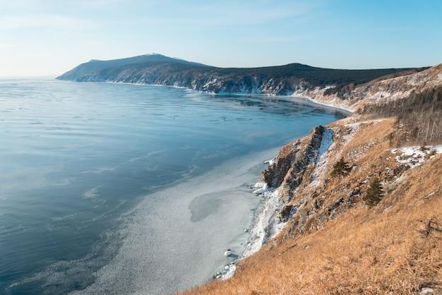 Wybrzeże morza zimą