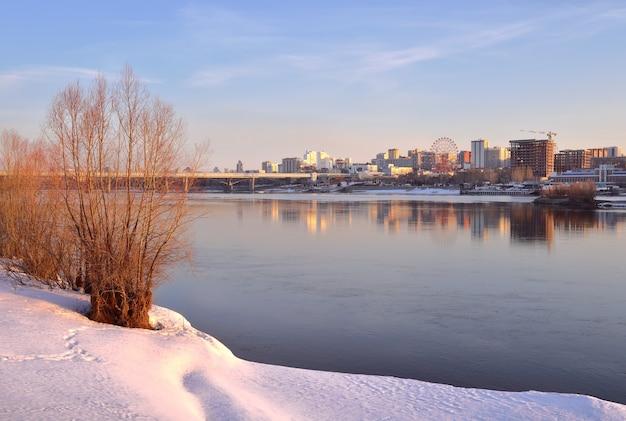 Wybrzeże nowosybirska wiosną