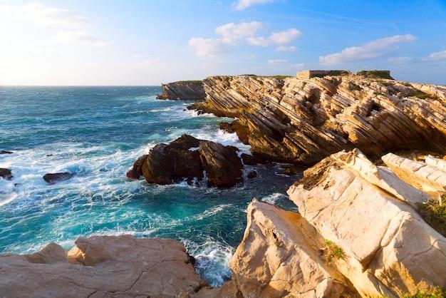 Wybrzeże Oceanu Atlantyckiego W Portugalii Premium Zdjęcia