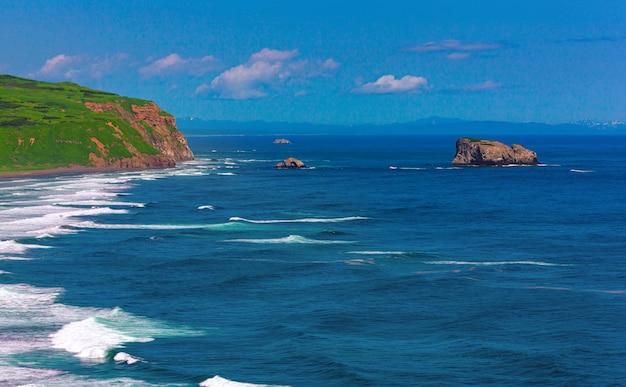 Wybrzeże oceanu spokojnego na półwyspie kamczatka, rosja.