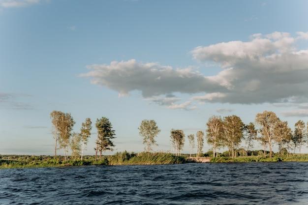 Wybrzeże panorama wody turystyka przybrzeżna widok łodzi
