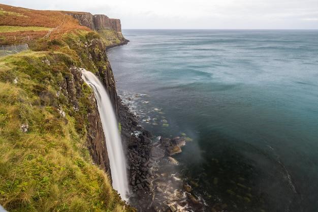 Wybrzeże szkocji z wodospadem krajobraz