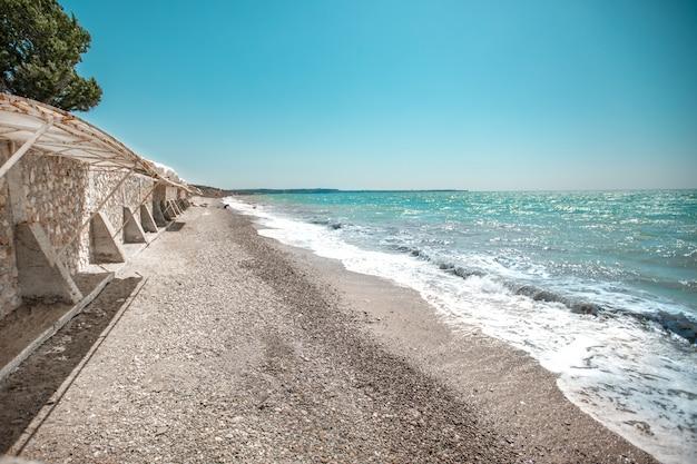 Wybrzeże w słoneczny letni dzień