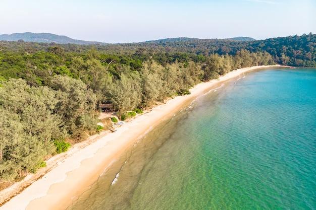 Wybrzeże wyspy koh rong samloem, kambodża. długa bezludna plaża z białym piaskiem i czystą wodą. widok z góry z lotu ptaka.