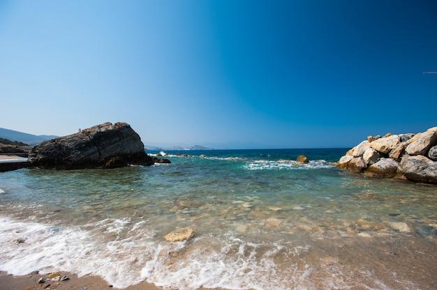 Wybrzeże z kamieniami. przerwy w wodzie przez kamienie