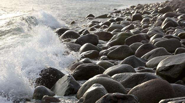 Wybrzeże z kamiennymi głazami. morze barentsa, rosja.