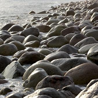 Wybrzeże z kamiennymi głazami