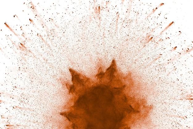 Wybuch brązowego proszku na białym tle.