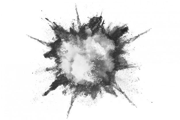 Wybuch czarnego proszku na białym tle.