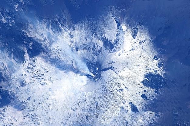 Wybuch wulkanu, widok z kosmosu. elementy tego obrazu dostarczyła nasa. w dowolnym celu.