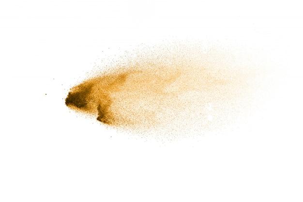 Wybuch złoty piasek na białym tle. streszczenie rozpryskiwania piasku.