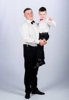 Wychowanie dżentelmena ojciec nosić przytulić syna formalne ubranie dorosły dżentelmen dżentelmen