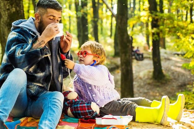 Wychowanie i rozwój edukacji. chłopiec dziecko grać lekarza z tatą.