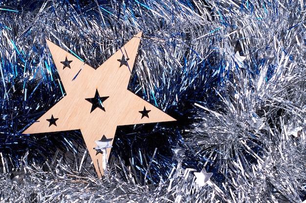 Wyciąć drewnianą gwiazdę na tle lamety.