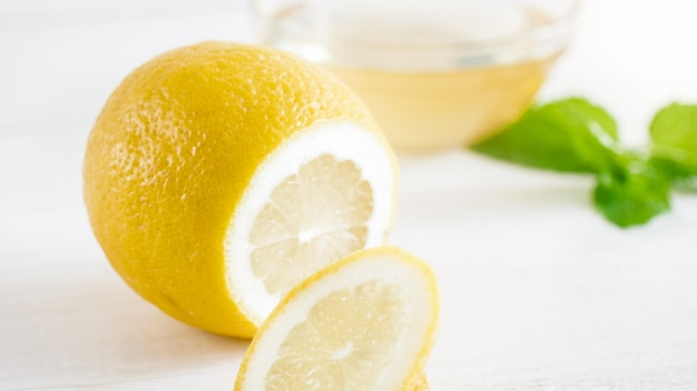 Wyciąć świeże cytryny na białym backgorund.