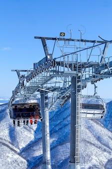 Wyciąg do ośrodka narciarskiego zimą na kamczatce