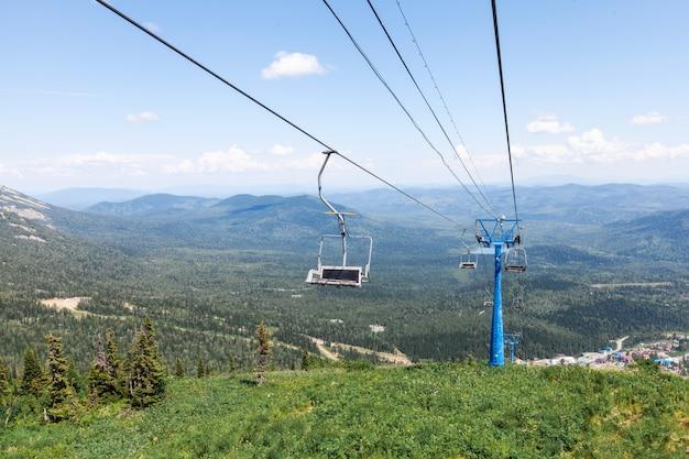 Wyciąg krzesełkowy, widok z wysokiej góry, krajobraz lato