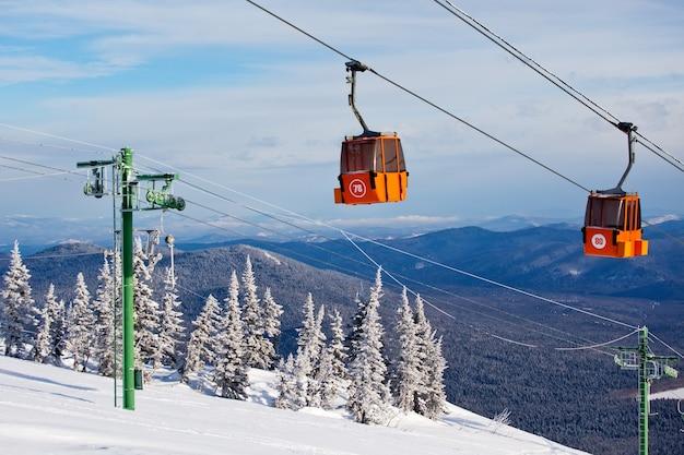 Wyciąg narciarski w górskim ośrodku narciarskim