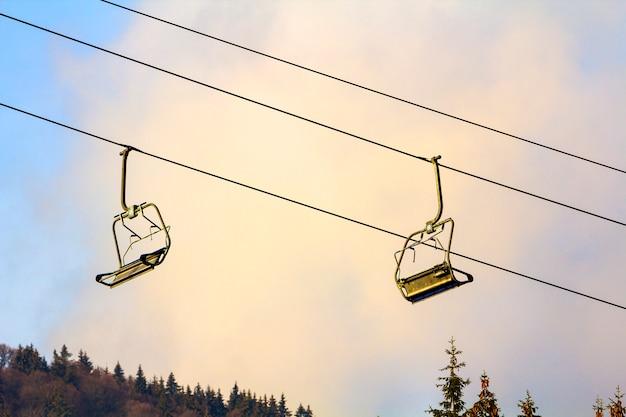 Wyciąg narciarski z pustymi miejscami w ośrodku narciarskim