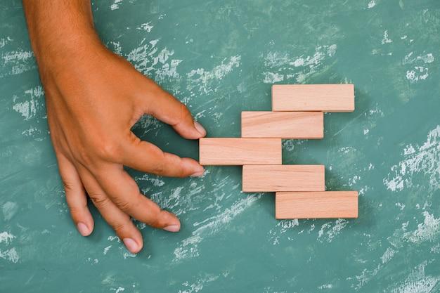 Wyciągając rękę drewniany blok.