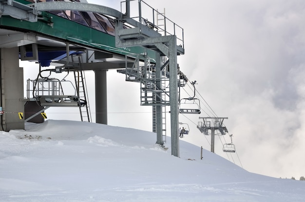 Wyciągi krzesełkowe w zaśnieżonej górze