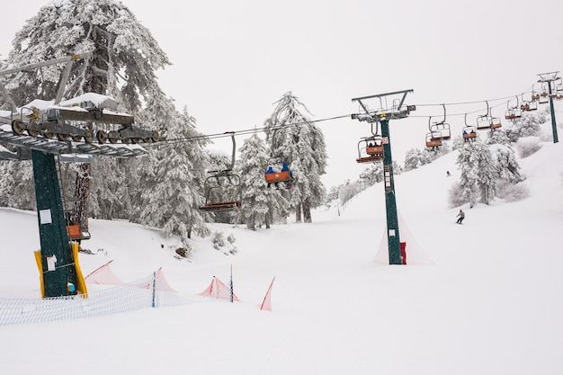 Wyciągi narciarskie w górach troodos i kolejki linowe wjeżdżające na górę dowożące snowboardzistów na stoki narciarskie