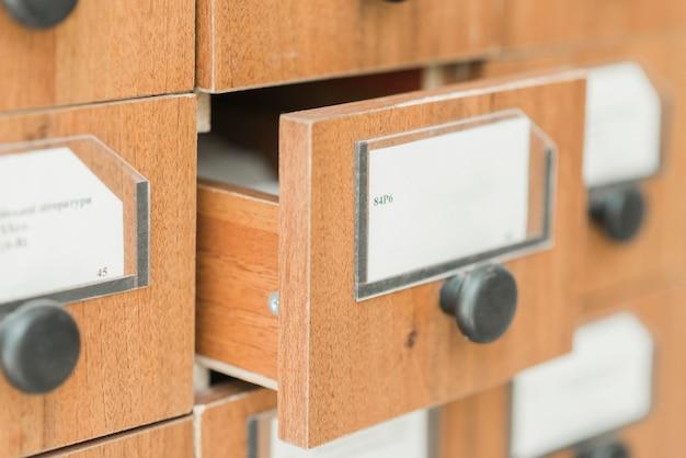 Wyciągnięta szuflada z katalogu bibliotecznego