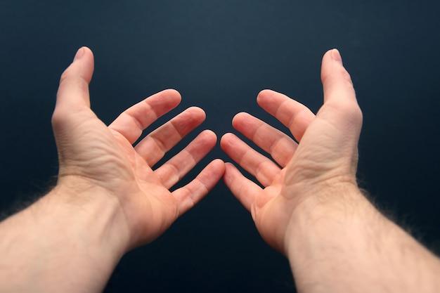 Wyciągnięte ramiona z otwartymi dłońmi