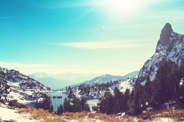 Wycieczka do pięknego jeziora minaret, ansel adams wilderness, sierra nevada, kalifornia, usa. sezon jesienny.