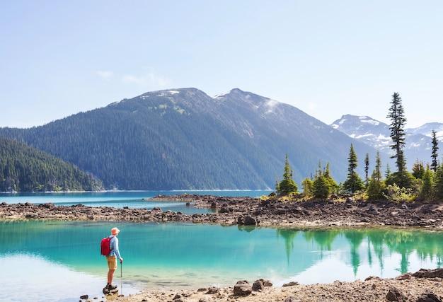Wycieczka do turkusowych wód malowniczego jeziora garibaldi w pobliżu whistler, bc, kanada. bardzo popularne miejsce na wędrówki w kolumbii brytyjskiej.